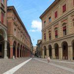 Visitare Bologna: meglio il taxi o il noleggio di un'auto blu?