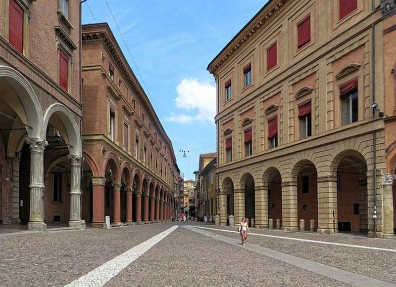 visitare-bologna-meglio-taxi-o-auto-blu_800x581