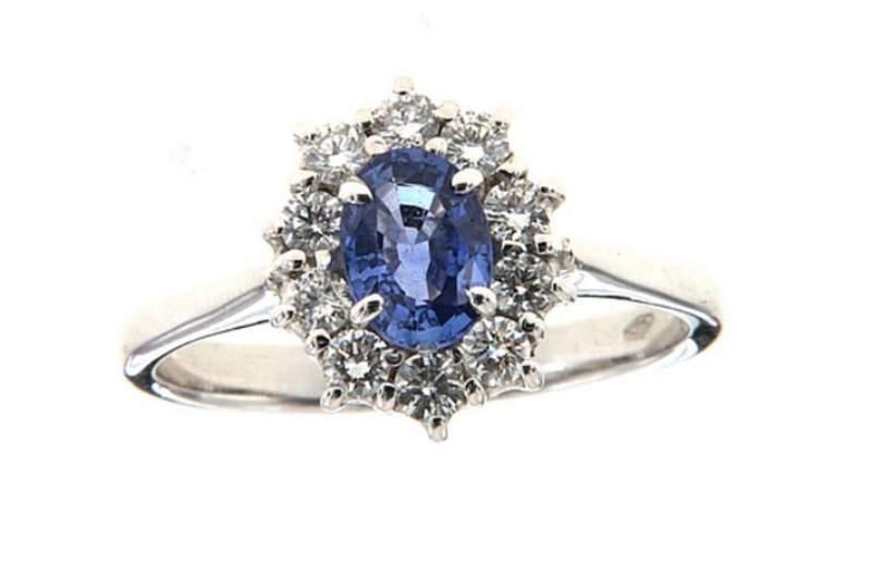 anello-con-zaffiro-e-contorno-di-brillanti